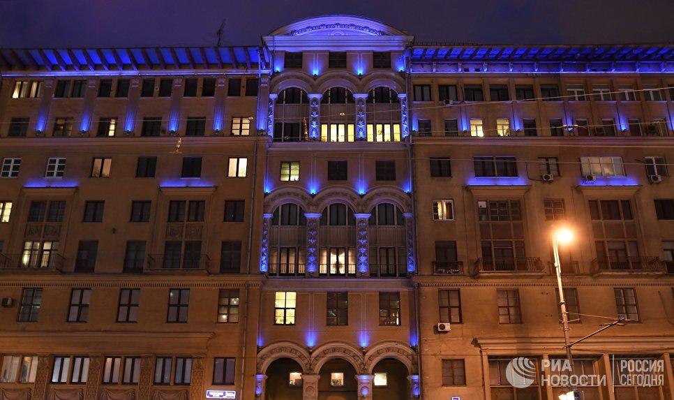 Здание на Тверской улице, подсвеченное синим цветом в рамках международной акции Зажги синим