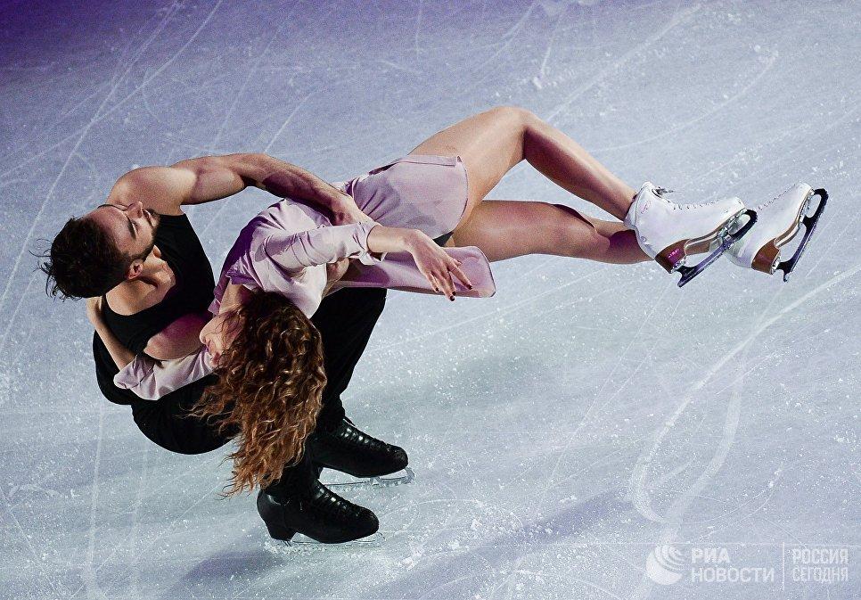 Габриэлла Пападакис и Гийом Сизерон, занявшие 2-е место в танцах на льду, во время показательных выступлений ЧМ по фигурному катанию в Хельсинки