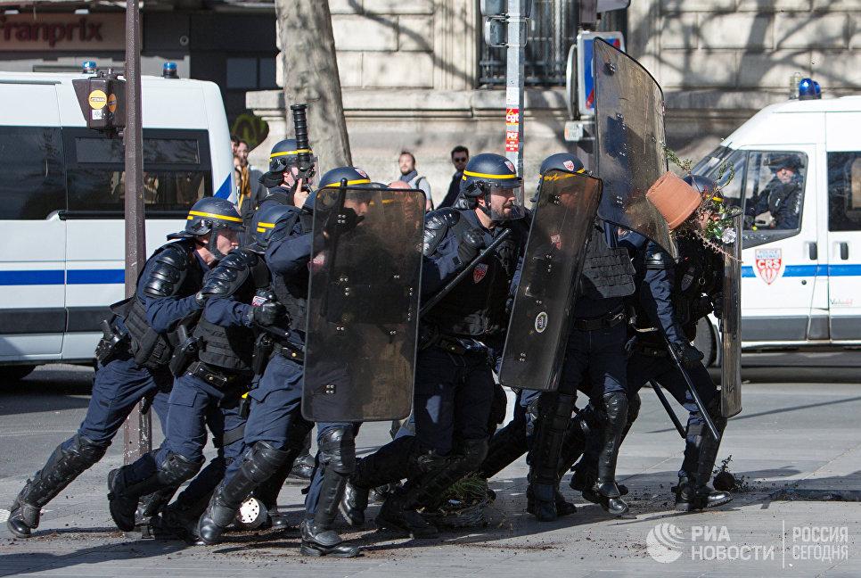 Сотрудники полиции во время акции протеста представителей китайской диаспоры в Париже