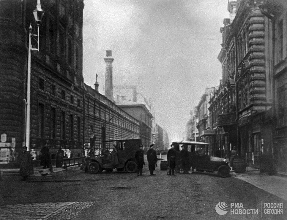 Петроград. Октябрь 1917 года. Баррикады на улицах города
