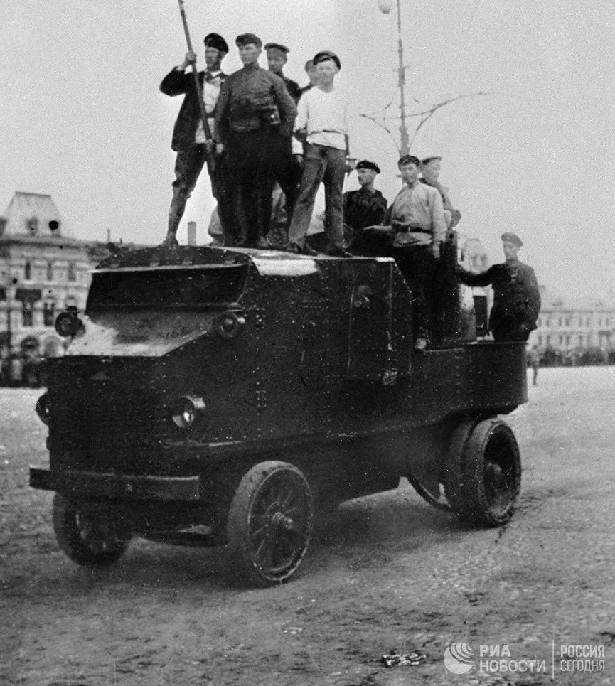 Рабочие на броневике. Красная площадь, 1917 год