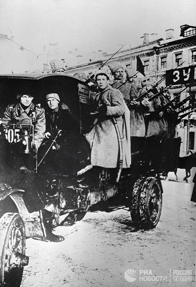 Отряд вооруженных красногвардейцев на грузовике. Москва, 1917 год