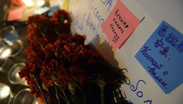 Люди приносят цветы и свечи к вестибюлю станции метро Площадь Тукая в Казани в память о жертвах теракта в метро Санкт-Петербурга