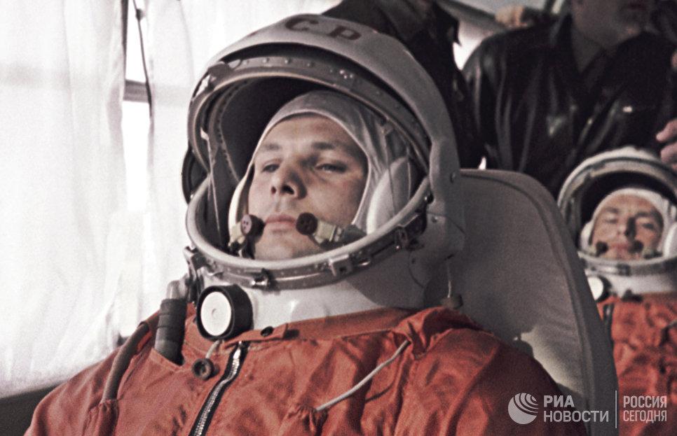 Юрий Гагарин, первый космонавт СССР и его дублер Герман Титов в автобусе едут на стартовую площадку космодрома Байконур 12 апреля 1961 года