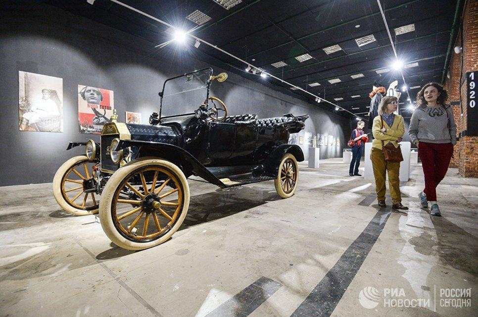Посетители на выставке Москва. Мода и Революция в Музее Москвы