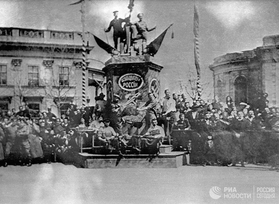 Живой памятник труду и революции на Думской площади в Одессе 1 мая 1917 года