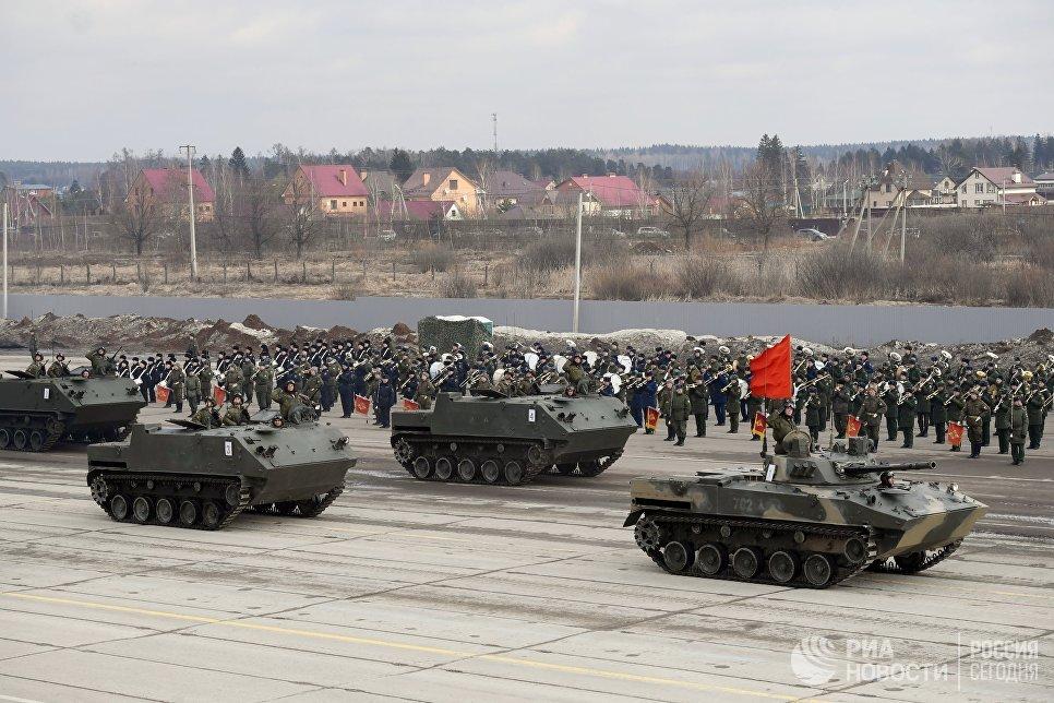 Бронетранспортеры БТР-МДМ Ракушка (на втором плане) и БМД-2 механизированной колонны Московского гарнизона во время тренировки к военному параду на Красной площади 9 мая 2017 года