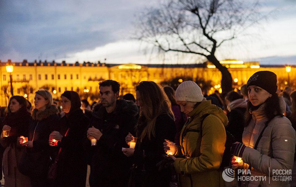 Жители Санкт-Петербурга со свечами выстраиваются в фигуру 14:40 на Марсовом поле в память о погибших в результате теракта в метро