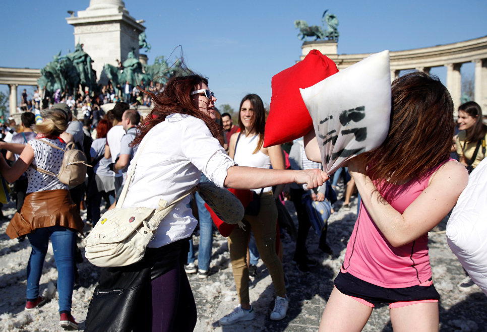 Люди на праздновании Дня борьбы на подушках в Будапеште