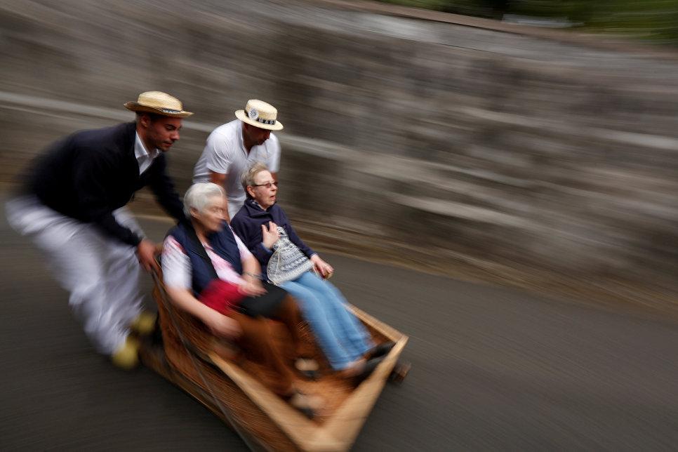 Спуск на деревянных санях в Фуншале