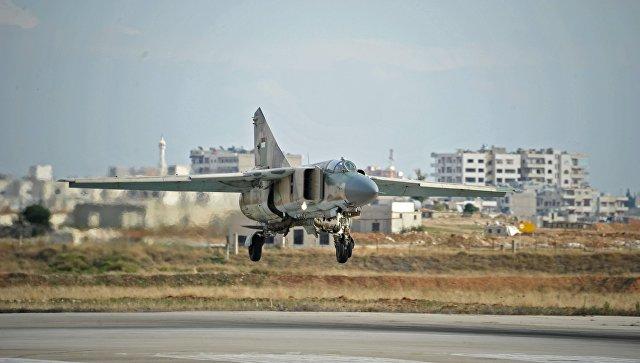 Самолет заходит на посадку на сирийской авиабазе Хама