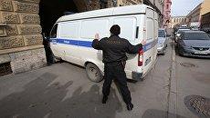 Полицейская автомашина вывозит подозреваемых в соучастии теракта в петербургском метро. Архивное фото
