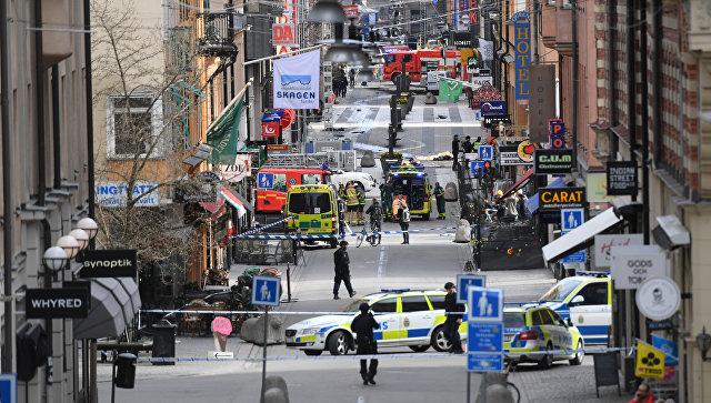 Вид улицы Дроттнинггатан в Стокгольме после наезда грузовика на людей. 7 апреля 2017