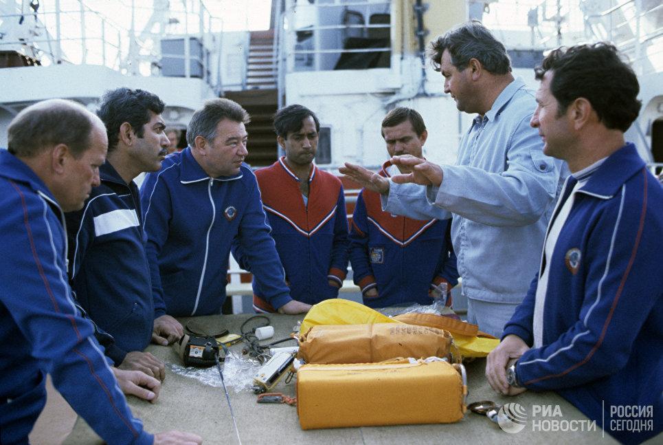 Члены советско-индийских космических экипажей в период подготовки к совместному космическому полету
