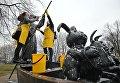Участницы общегородского субботника За чистоту искусства в парке Музеон