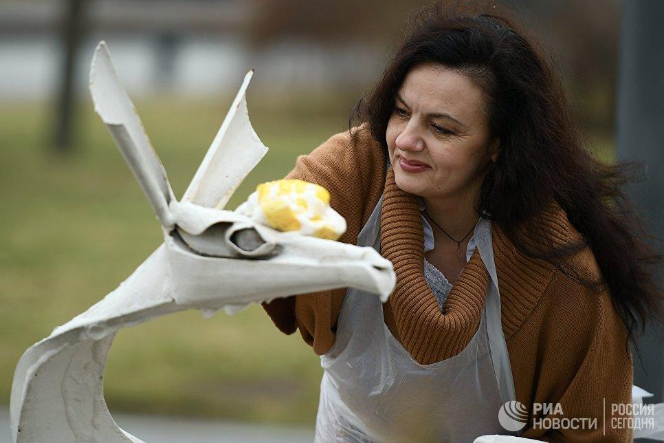 Участница общегородского субботника За чистоту искусства в парке Музеон