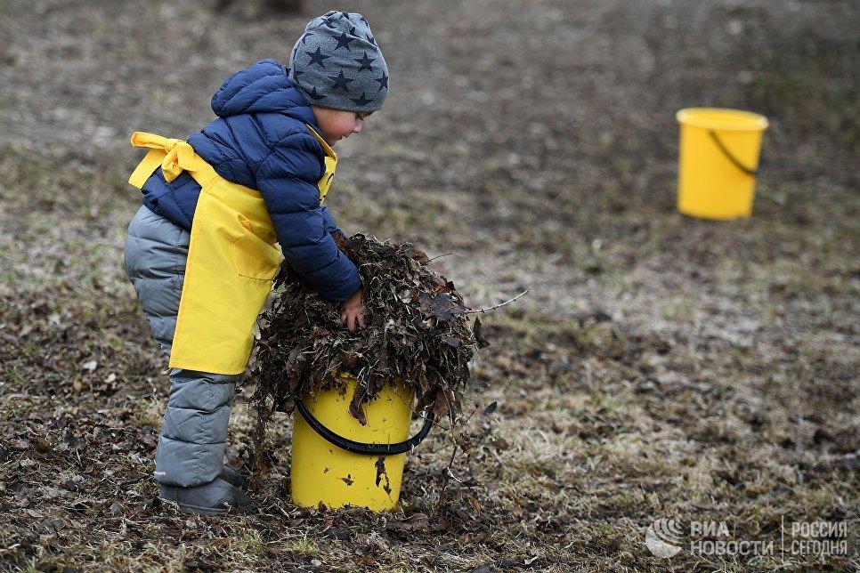 Юный участник общегородского субботника За чистоту искусства в парке Музеон в Москве
