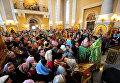Верующие в Покровском кафедральном соборе во Владивостоке во время освящения вербы в праздник Входа Господня в Иерусалим