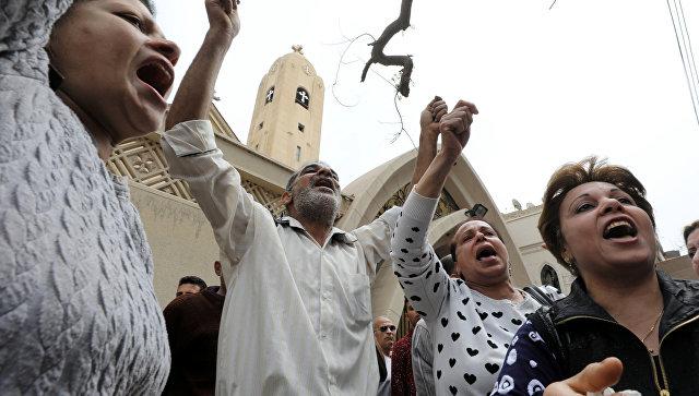 Люди у церкви в Танте, где произошел взрыв