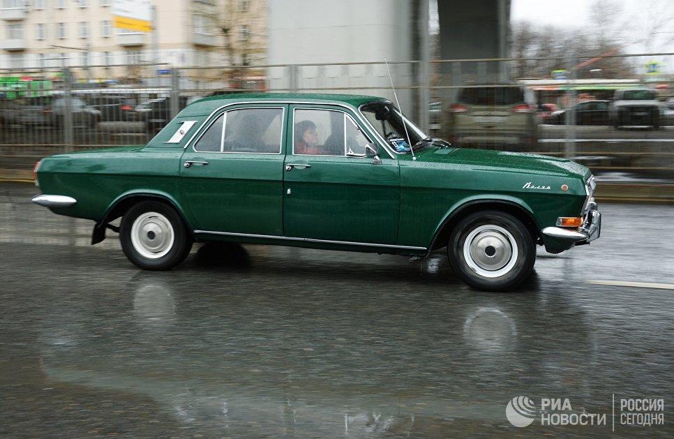 Автомобиль ГАЗ 24 Волга во время автопробега 108 минут в Москве, приуроченного к 56-й годовщине полета человека в космос