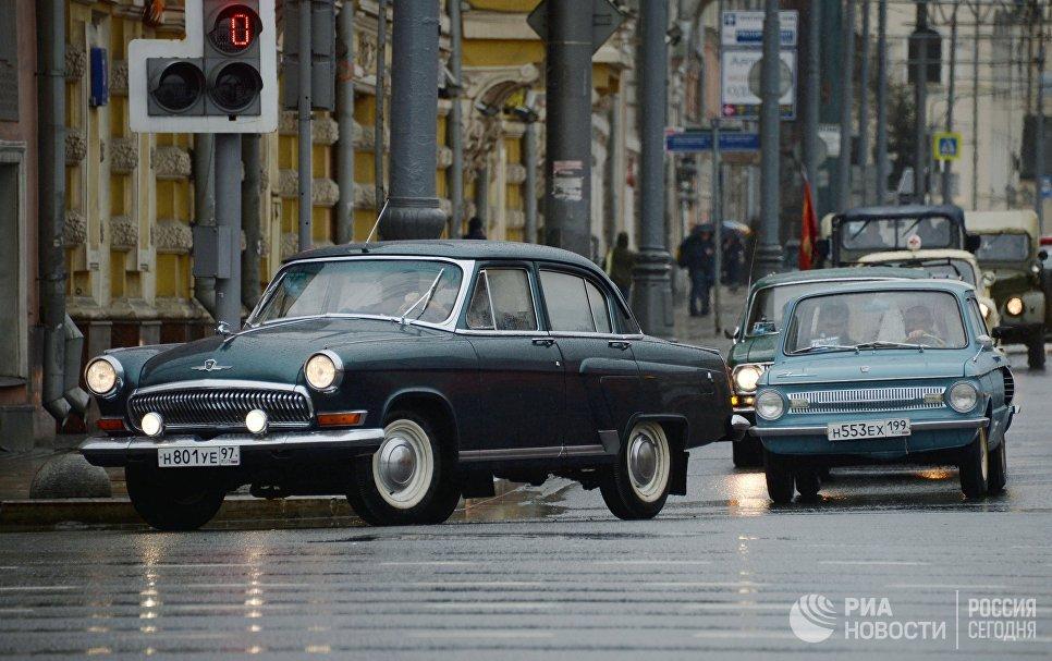 Автомобили во время автопробега 108 минут в Москве, приуроченного к 56-й годовщине полета человека в космос