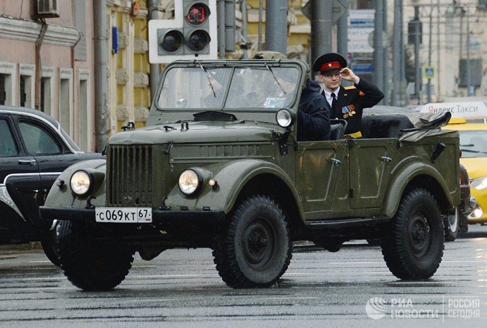 Автомобиль УАЗ во время автопробега 108 минут в Москве, приуроченного к 56-й годовщине полета человека в космос