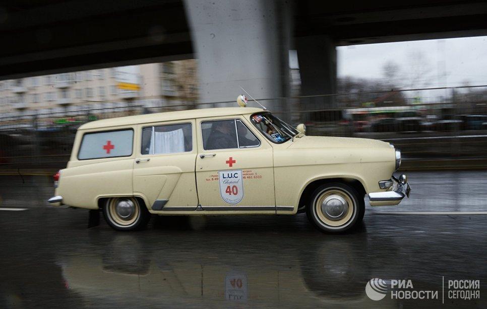 Автомобиль скорой помощи ГАЗ 21 Волга во время автопробега 108 минут в Москве, приуроченного к 56-й годовщине полета человека в космос