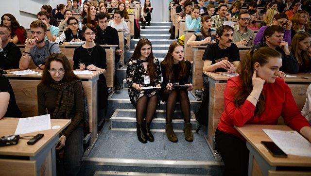 Участники во время ежегодной акции по проверке грамотности Тотальный диктант-2017 в аудитории Новосибирского государственного университета В Новосибирске. Архивное фото