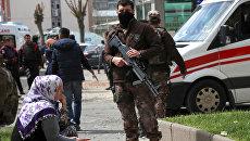 Сотрудник полиции на месте взрыва в Турции. Архивное фото