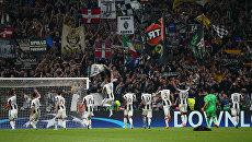 Футболисты Ювентуса празднуют победу над Барселоной вместе со своими болельщиками