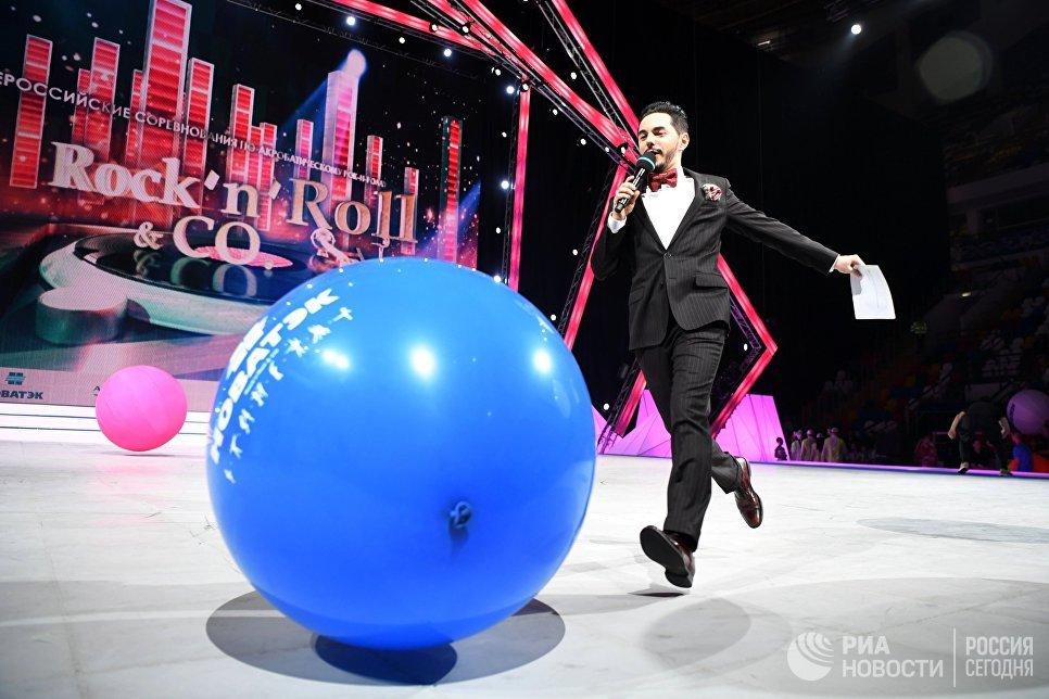 Шоумен, ведущий Тимур Родригез во время всероссийских соревнований по акробатическому рок-н-роллу Rock'n'Roll &CO. в Москве