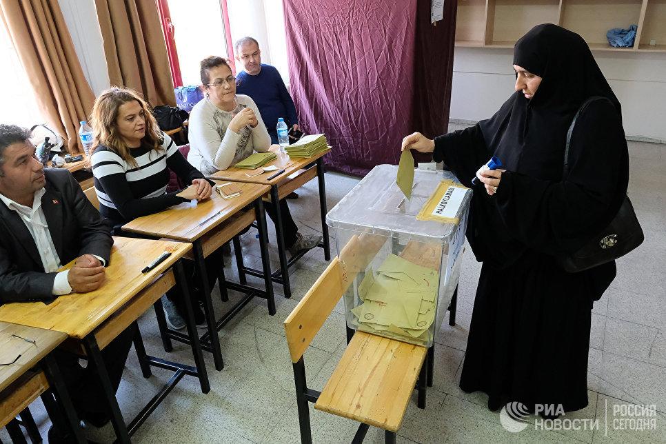 Жительница голосует на одном из избирательных участков в Анкаре. В Турции проходит референдум по поправкам в Конституцию, предусматривающих переход на президентскую систему правления