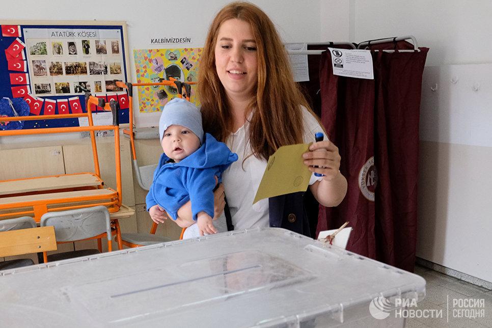 Девушка голосует на одном из избирательных участков в Анкаре. В Турции проходит референдум по поправкам в Конституцию, предусматривающих переход на президентскую систему правления