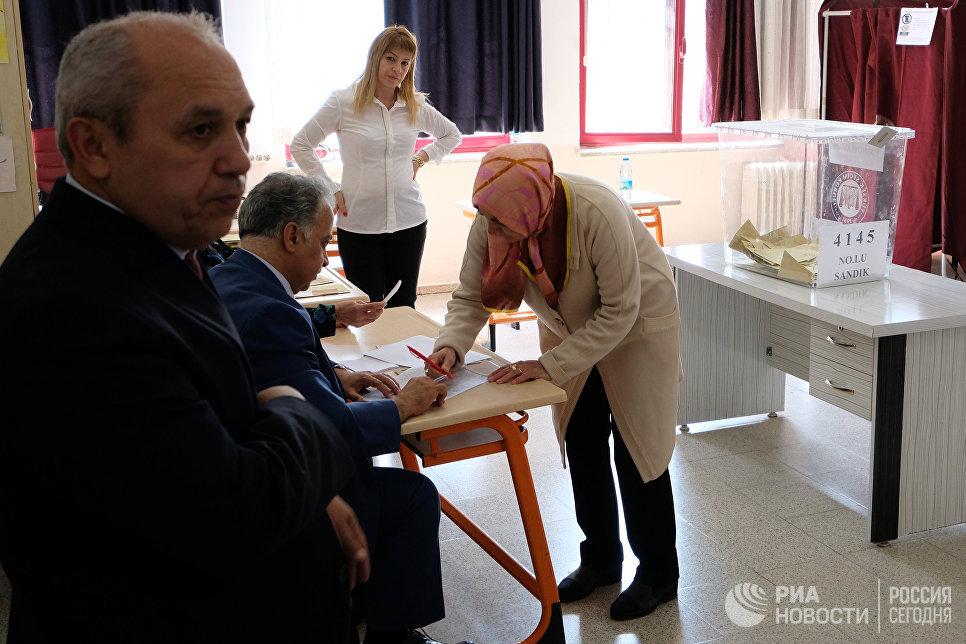 Жительница на одном из избирательных участков в Анкаре. В Турции проходит референдум по поправкам в Конституцию, предусматривающих переход на президентскую систему правления