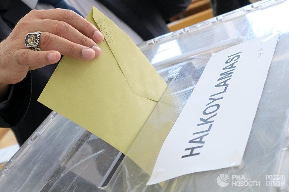 Голосование на одном из избирательных участков в Анкаре. В Турции проходит референдум по поправкам в Конституцию, предусматривающих переход на президентскую систему правления