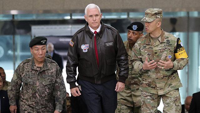 Вице-президент США Майк Пенс в сопровождении офицеров США и Южной Кореи на границе с КНДР. 17 апреля 2017