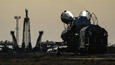 Транспортировка ракеты-носителя Союз-ФГ с пилотируемым кораблем Союз на Гагаринский старт космодрома Байконур. Архивное фото