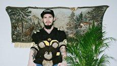 Фотопроект Леонида Леонтьева Фото с медвежонком на фоне гобелена с оленями