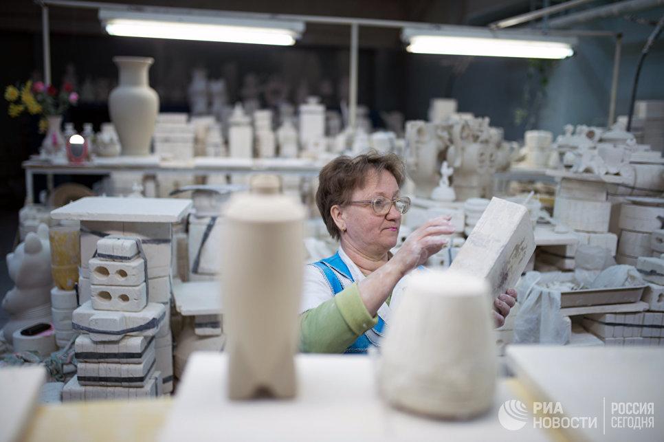 Подготовка формы перед заливкой шликера в цехе завода Объединение Гжель