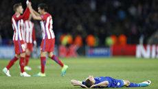 Игрок Лестера Джеймс Варди (лежит на газоне) после вылета из Лиги чемпионов
