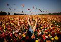 Девушка позирует фотографу на лютиком поле на юге Израиля