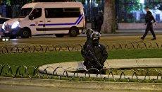 Сотрудники полиции дежурят неподалеку от места перестрелки в Париже. Апрель 2017