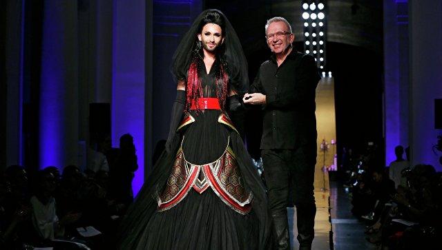 Дизайнер Жан-Поль Готье и Кончита Вурст (Томас Нойвирт) на показе в Париже