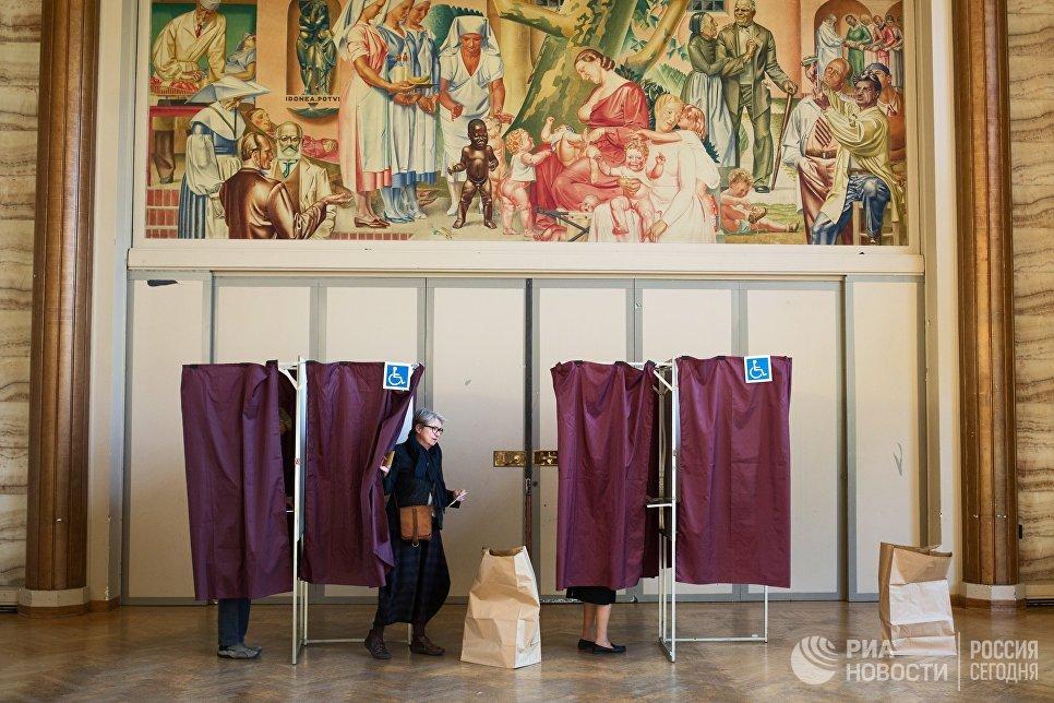 Жители голосуют на избирательном участке в Париже во время первого тура президентских выборов во Франции