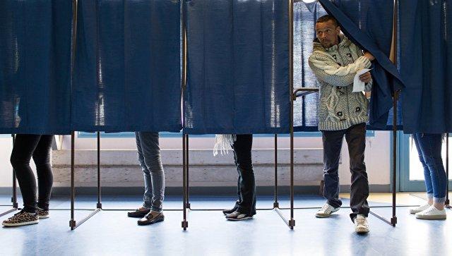 Избиратели голосуют во время первого тура президентских выборов во Франции. 23 апреля 2017