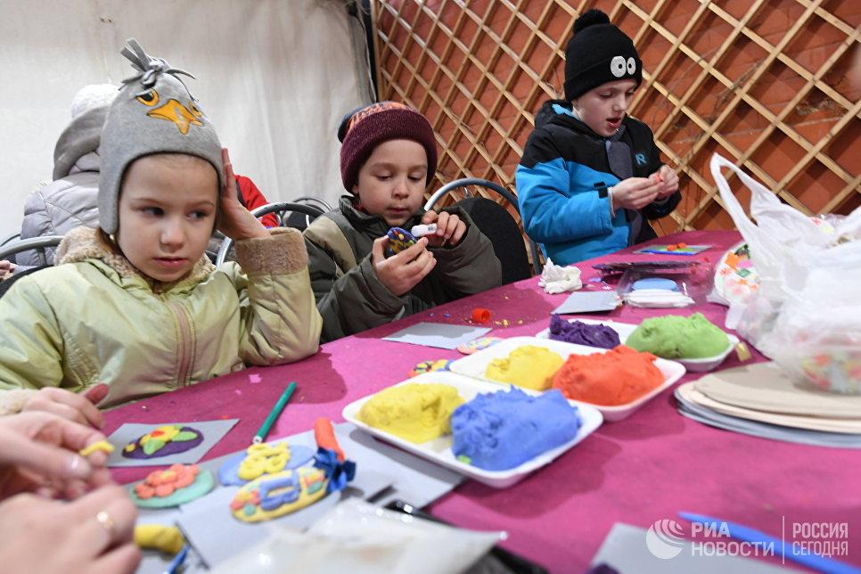 Дети лепят из пластилина на арт-фестивале для журналистов МедиаПасха в Москве