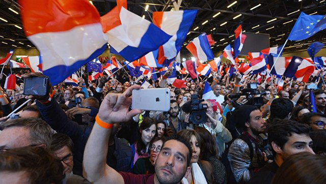 Сторонники кандидата в президенты Франции, лидера движения En Marche Эммануэля Макрона, в Париже. 23 апреля 2017