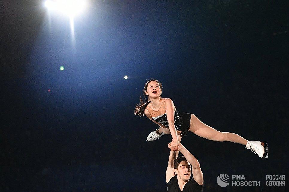Сумирэ Суто и Франсис Будро-Оде участвуют в показательных выступлениях на командном чемпионате мира по фигурному катанию в Токио
