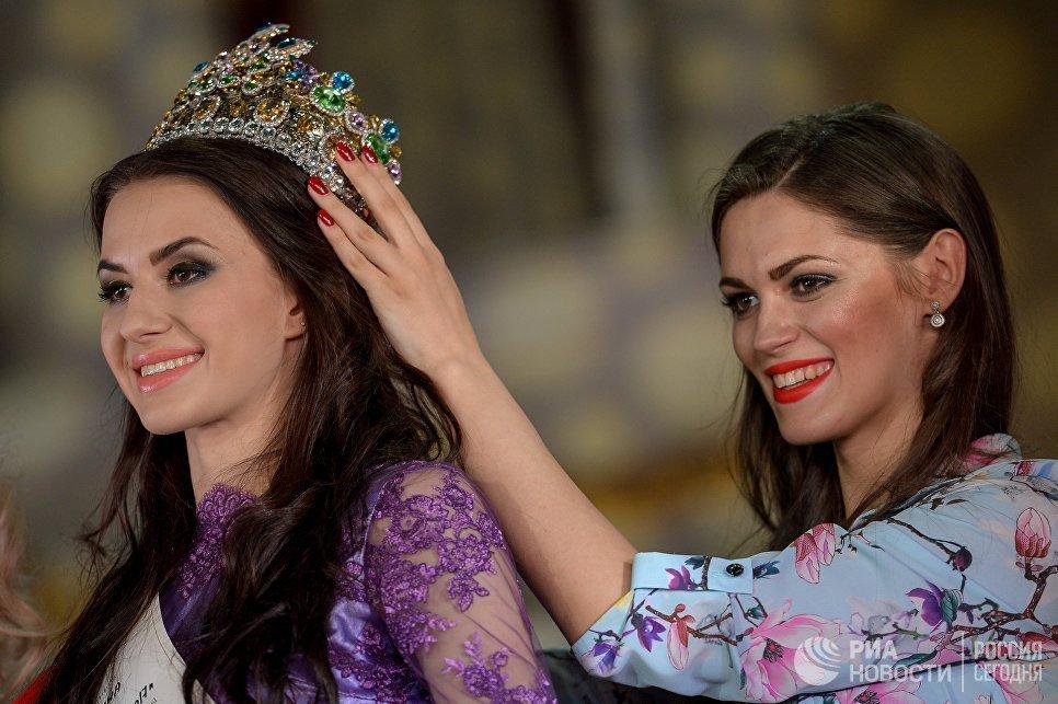 Российская красавица 2017 Анна Гришко (слева)на церемонии награждения финалисток конкурса Российская красавица 2017 в Korston Club Hotel в Москве