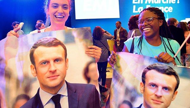 Сторонники кандидата в президенты Франции, лидера движения En Marche Эммануэля Макрона во время пресс-конференции по итогам первого тура президентских выборов во Франции. 23 апреля 2017 года